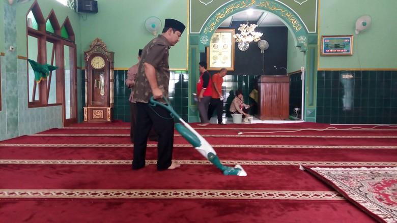 Saat Anak-anak SD Bersihkan Masjid