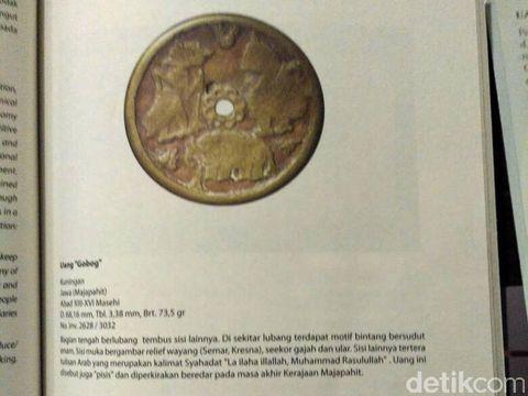 Penjelasan koin seperti dalam buku panduan Museum Nasional halaman 47.