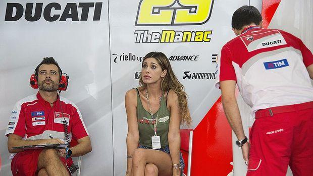 Busana Kelewat Seksi Bikin Pacar Iannone Dilarang ke Garasi Tim?