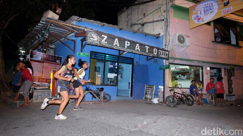 Untuk kali pertama, Dolly Night Fun Run 2017 digelar di Surabaya. 1.200 Orang pelari menyusuri rute yang mengelilingi perkampungan eks lokasisasi Jarak dan finish di eks Gang Dolly, Sabtu (17/6/2017) malam (Ugik/detikTravel)