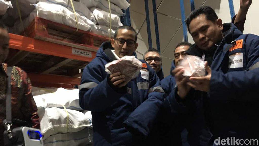Blusukan ke Gudang Daging Kerbau India, Sandi Uno Kedinginan
