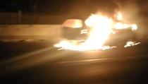 Sebuah Mobil Terbakar di Tol Cikampek Arah Jakarta