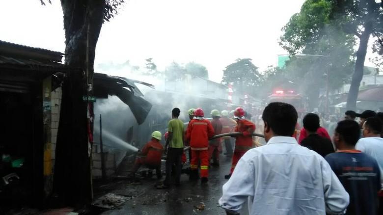 Bengkel Motor dan 2 Kios Terbakar di Pasar Rebo Jaktim