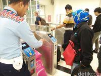 Saat kereta datang, penumpang baru diperbolehkan untuk masuk (Bonauli/detikTravel)