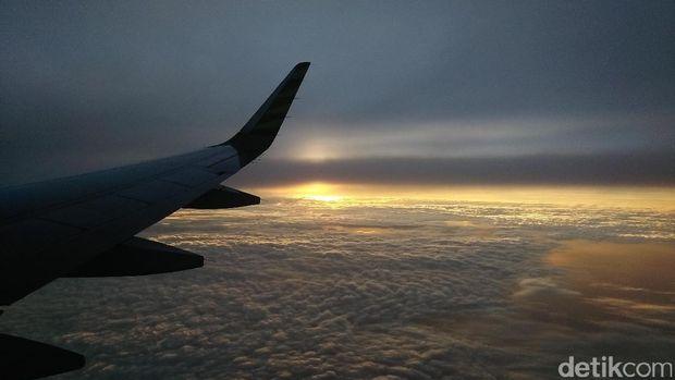 Sunrise cantik dari jendela pesawat (Bonauli/detikTravel)