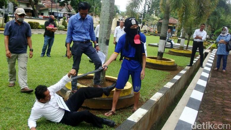 Pelaku Penyerangan Mapolres Banyumas Jalani Rekonstruksi