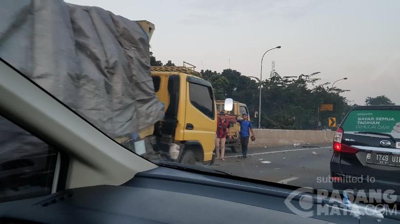 Kecelakaan Truk di KM 31 Tol JORR arah Pasar Rebo