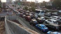 Lalin MT Haryono-Pancoran Macet Parah, Mobil Nyaris Tak Bergerak