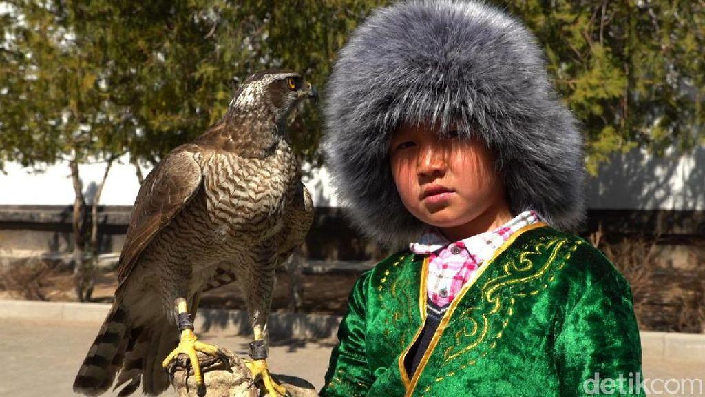 Tradisi Berburu dengan Elang di Kazakhstan