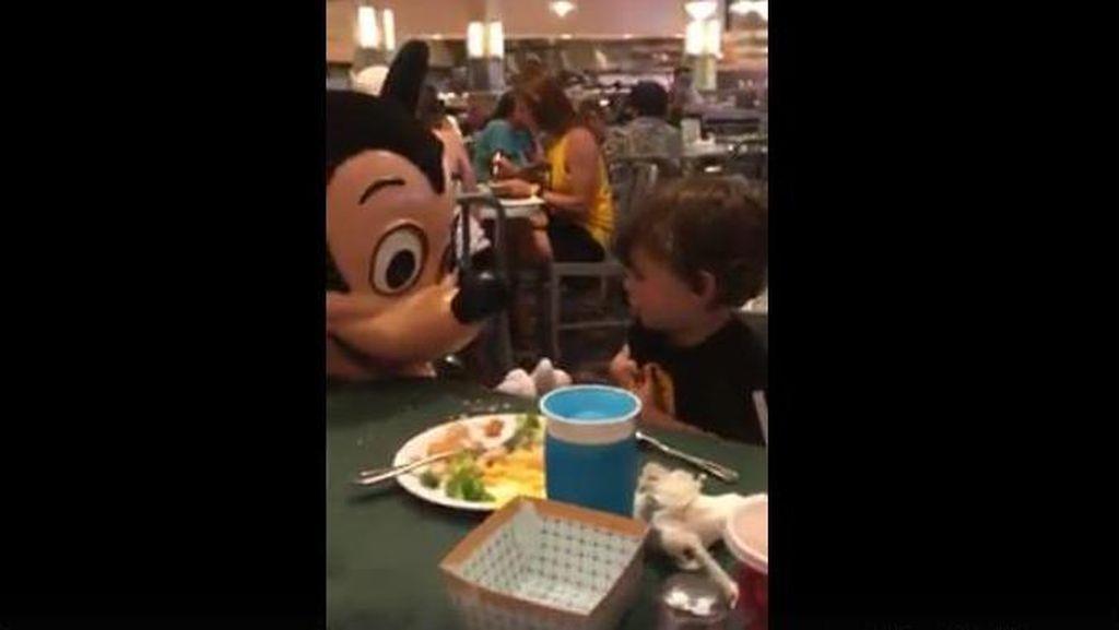 Terharu! Saat Mickey Mouse Bicara Bahasa Isyarat dengan Anak Tuna Rungu