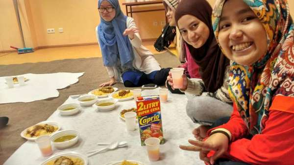 Ramadan di Polandia: Puasa 19 Jam di Tengah Ujian & Rindu Kampung