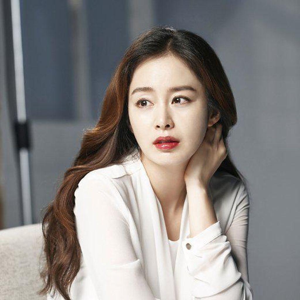Hamil Muda, Kim Tae Hee Tampil Cantik saat Pemotretan