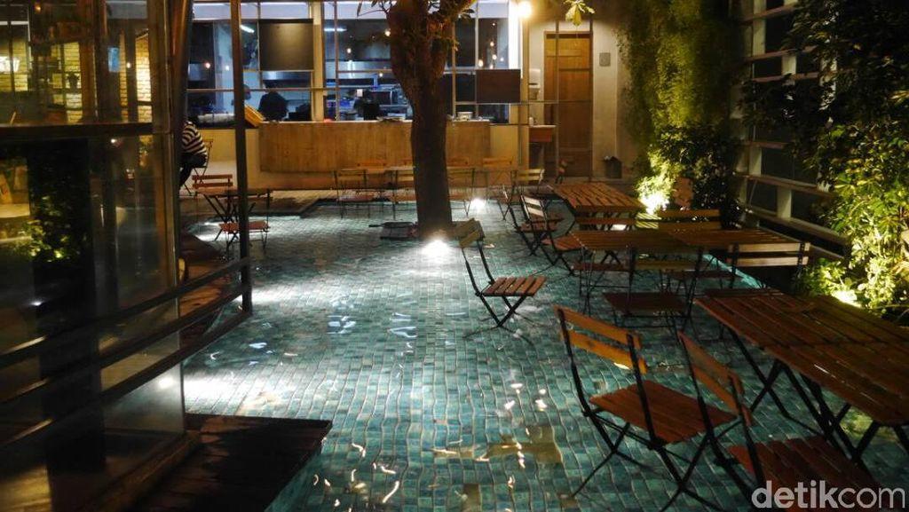 Kafe Unik di Bandung, Ngopi Sambil Basah-basahan