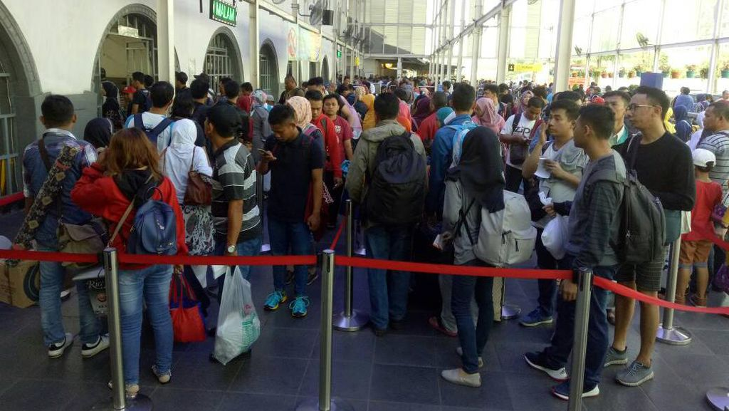 Arus Mudik, Penumpang Kereta di Stasiun Senen Capai 26.000/Hari