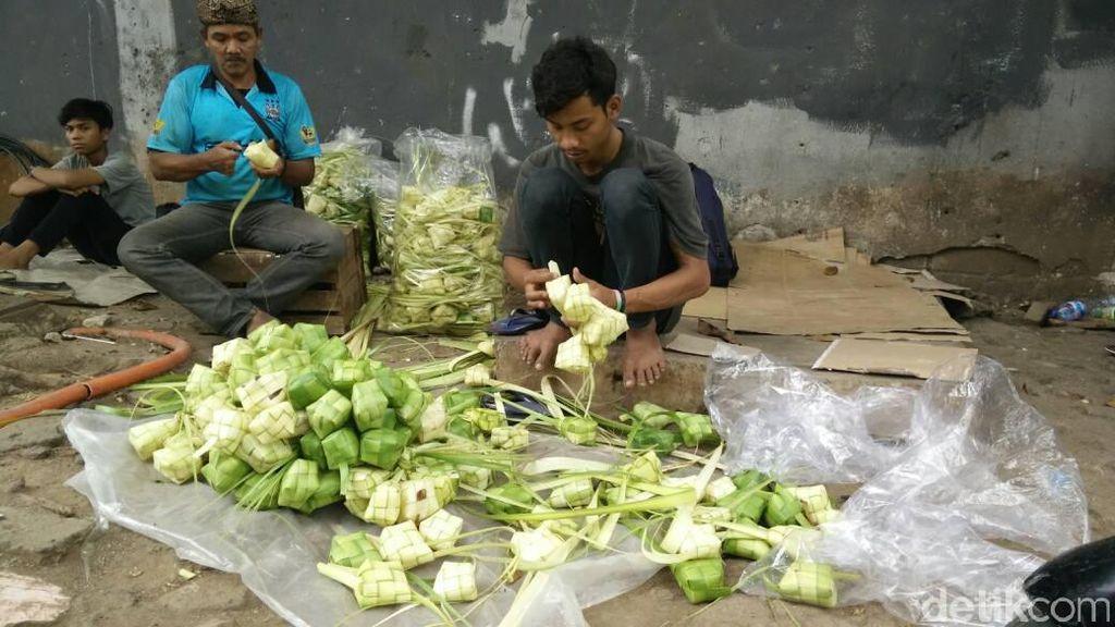 Pedagang Ketupat Dadakan Raup Omzet Rp 5 Juta dalam 3 Hari