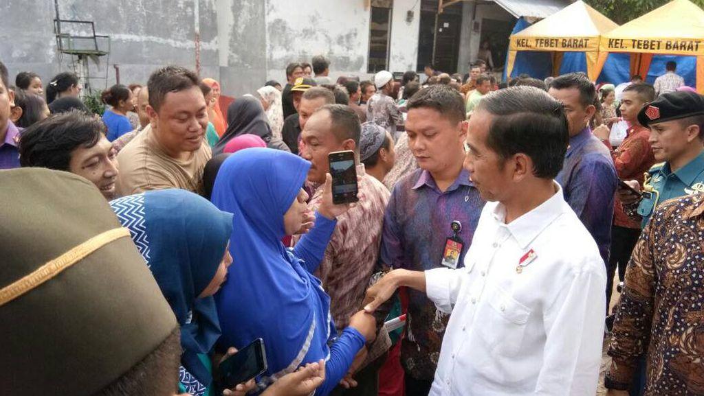 Jokowi Bagi Sembako di Duri Kepa, Warga Nyanyi Selamat Ulang Tahun