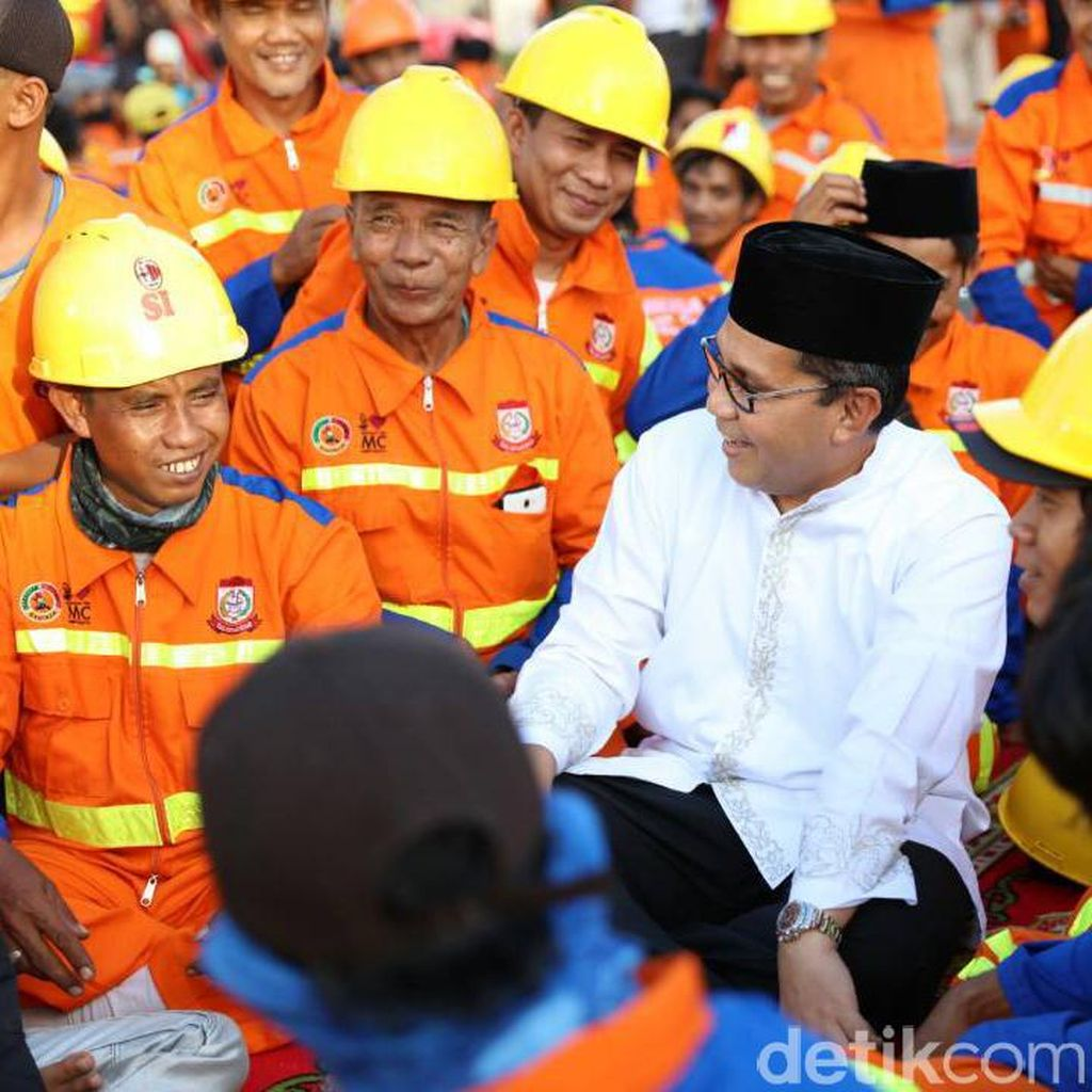 Walkot Makassar Beri Bingkisan Lebaran untuk Petugas Kebersihan
