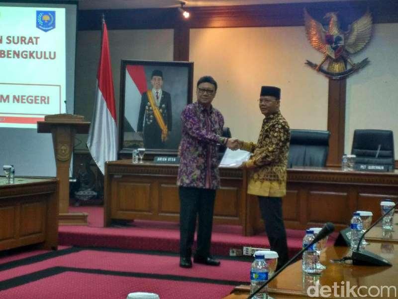 Mendagri Serahkan Surat Tugas Plt ke Wagub Bengkulu