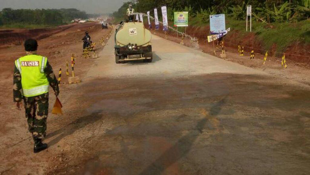 Halau Debu di Tol Darurat Pengelola Lakukan Penyiraman Rutin