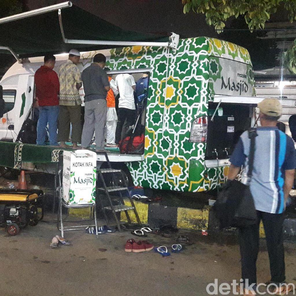 Mobile Masjid yang Bantu Mudahkan Pemudik Salat di Stasiun Senen