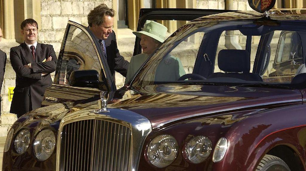 Duh! Ratu Elizabeth II Ketahuan Polisi Saat Tak Pakai Seat Belt