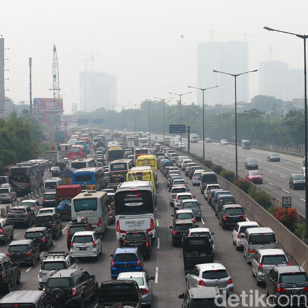 Imbas Rest Area, Tol Cikampek arah Jakarta Macet Sepanjang 18 Km