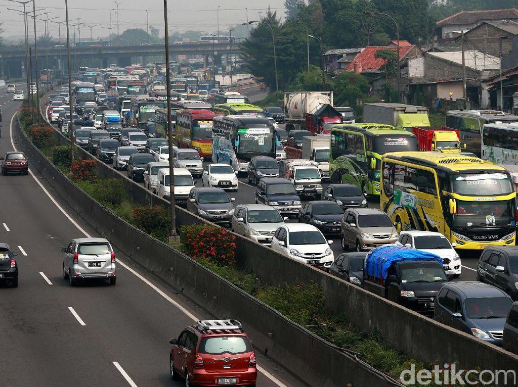 Masih Ramai Pemudik, Tol Jakarta-Cikampek Macet hingga 35 KM