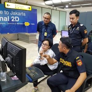 Sidak ke Bandara, Sri Mulyani Bawa Nasi Goreng untuk Petugas Bea Cukai