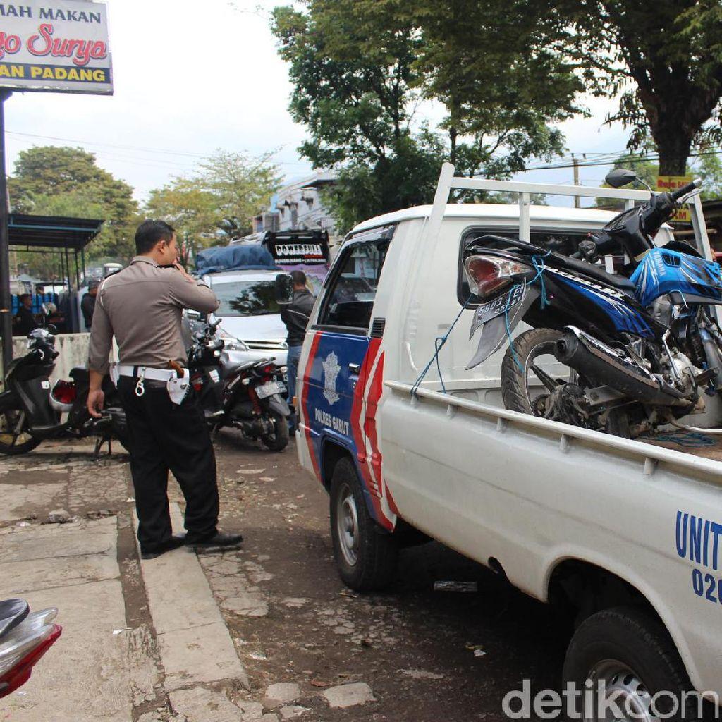 Pecah Ban, Mobil Pemudik Tabrak 2 Kendaraan di Garut