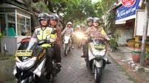 Gerimis, Risma Naik Motor Dibonceng Polwan Pantau Keamanan