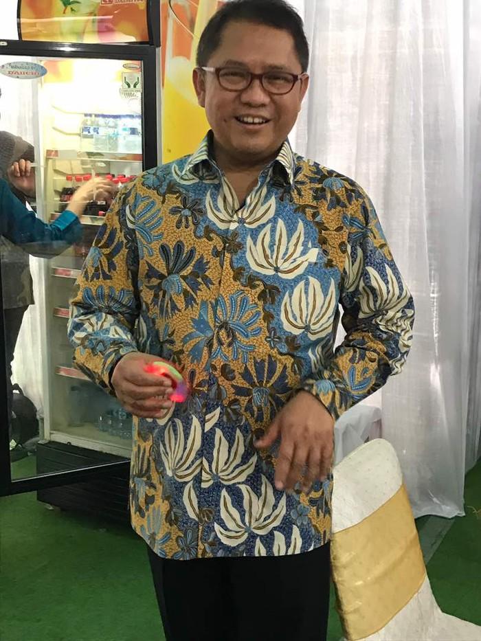 Menkominfo Rudiantara berbaju batik siap menyambut tamu. Tampak dia punya hobibaru:mainan fidget spinner. Foto: rou/detikinet
