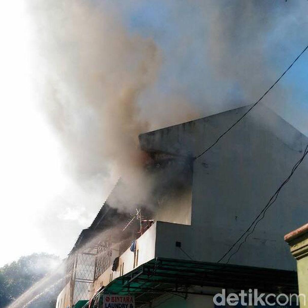 Ditinggal Mudik, Sebuah Rumah Terbakar di Duren Sawit