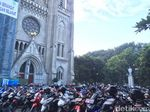 Penampakan Kendaraan Jemaah Salat Id yang Parkir di Katedral
