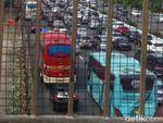 Tol Jakarta Arah Cikampek Padat di Bekasi hingga Cikarang