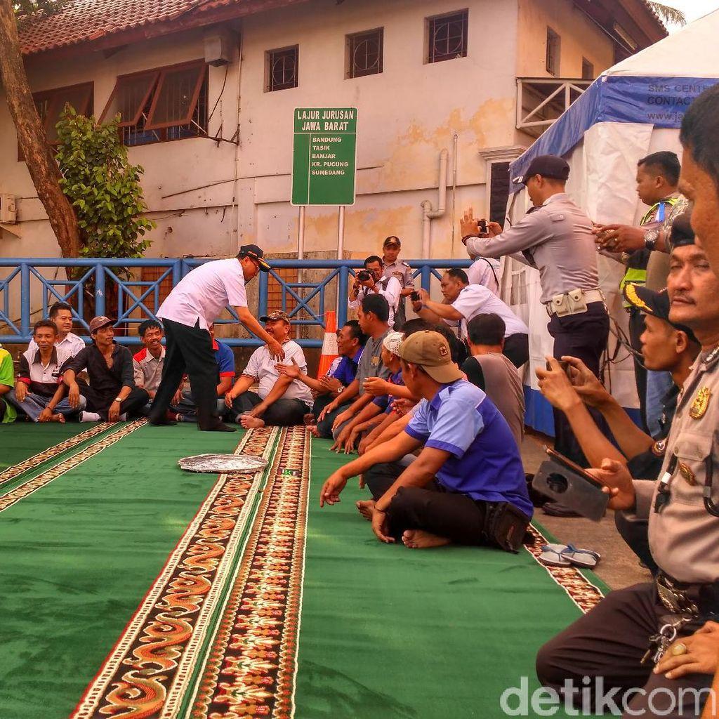Menhub dan Menteri PUPR Makan Bareng Sopir Terminal Kampung Rambutan