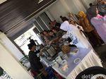 Usai Salaman, Jokowi Persilakan Warga Santap Saji di Istana