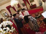 Kompak Bersarung, Anies-Sandi Salami Jokowi-JK di Istana