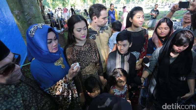 Gaya Lebaran Selebriti, Keluarga Ziarah ke Makam Jupe
