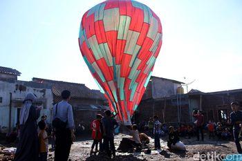 'Ngapungkeun Balon' Sambut Idul Fitri di Garut