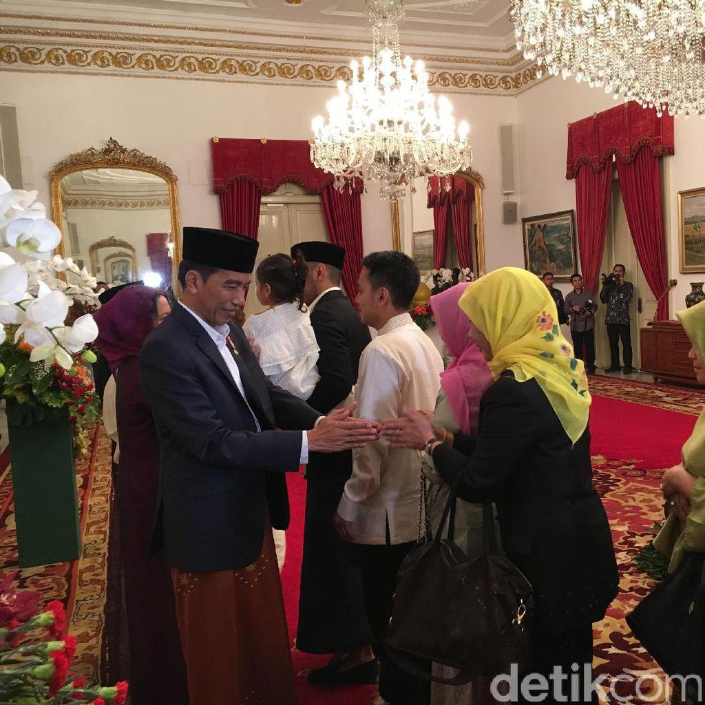 Senangnya Warga Bisa Open House ke Istana dan Foto dengan Jokowi