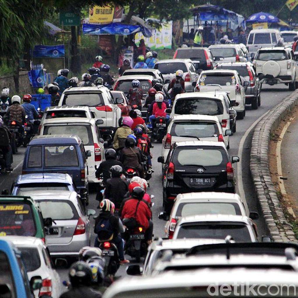 Arus Balik, Waspadai Banyak Pembatas Jalan Rusak di Jalur Nagreg