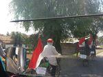 Seru! Keluarga Ini Mudik Pakai Sepeda dan Bawa Bendera Merah Putih
