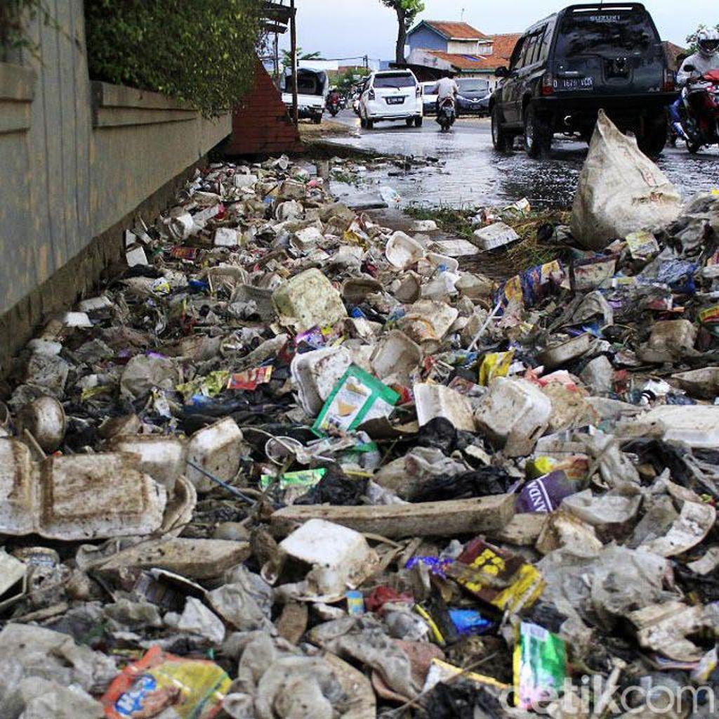 Penampakan Sampah yang Sumbat Saluran Air di Majalaya Bandung