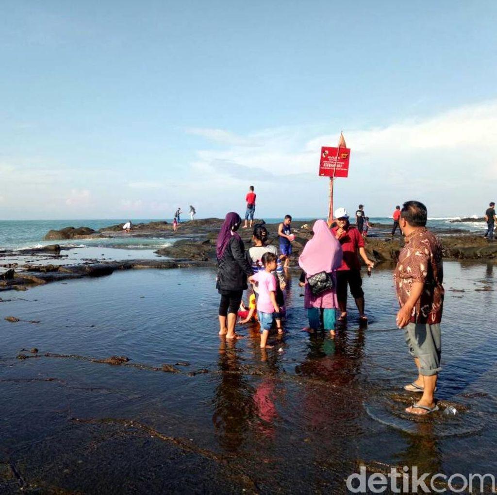 Libur Lebaran, Warga Padati Pantai Palabuhanratu Sukabumi