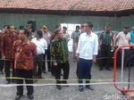 Jokowi Bagikan Ribuan Paket Sembako untuk Warga Solo
