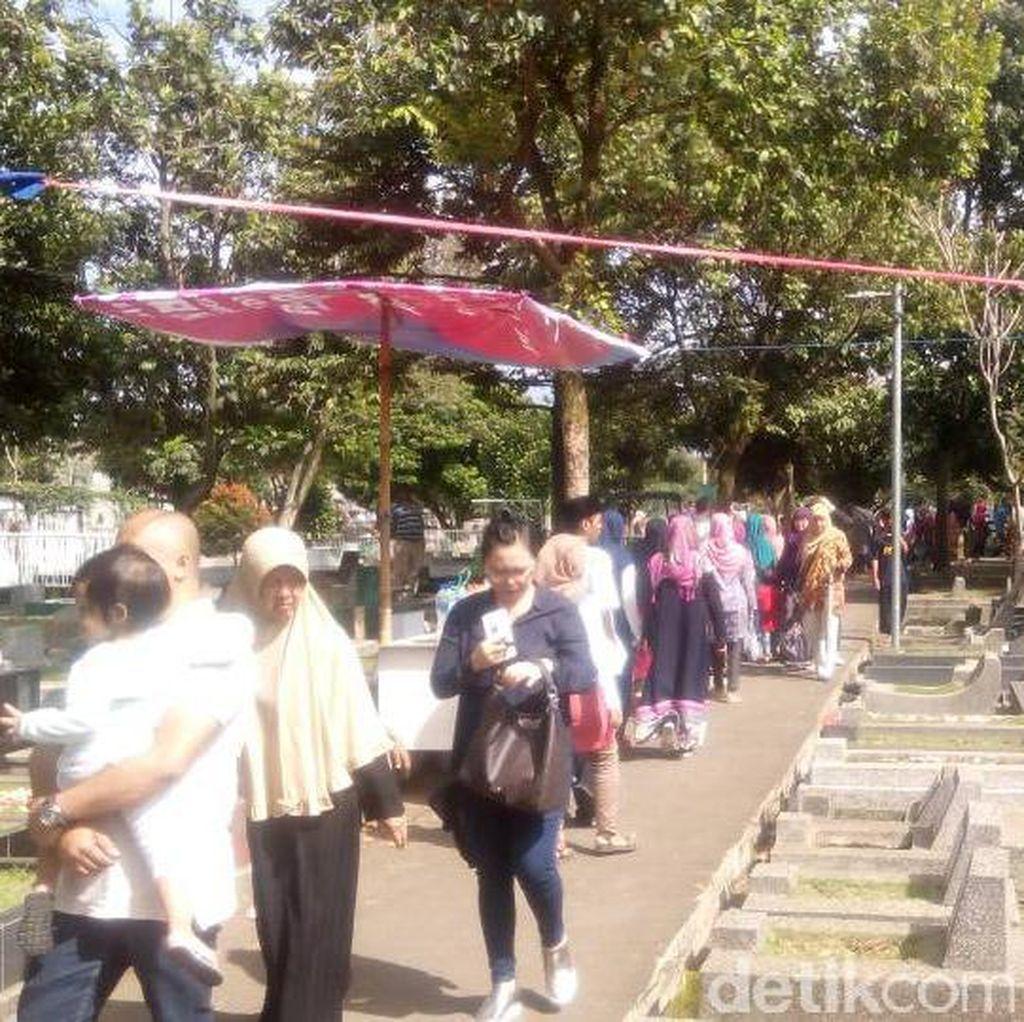 Momen Lebaran, TPU Sirnaraga Bandung Ramai Peziarah