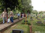 TPU Karet Bivak Ramai Peziarah di Hari Kedua Lebaran