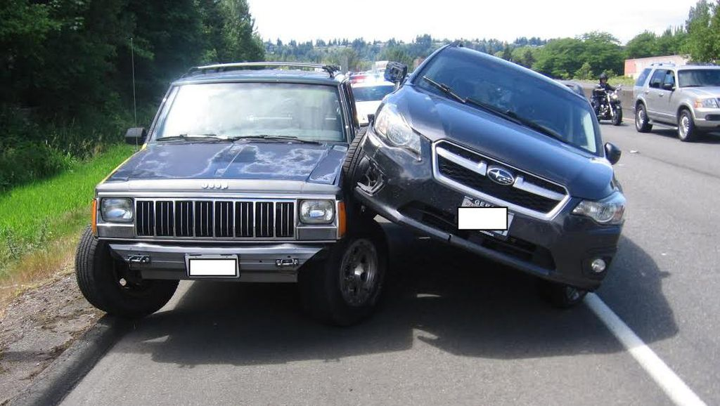 Kesal Disalip, Pengendara Subaru Ini Tabrak Mobil yang Menyalipnya