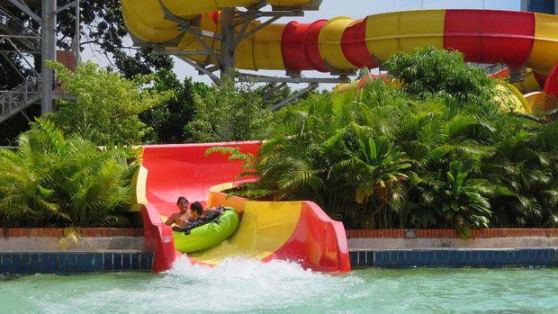 Keseruan berseluncur di arena Atlantis Water Adventure (Noval Dhwinuari Antony/ detikTravel)