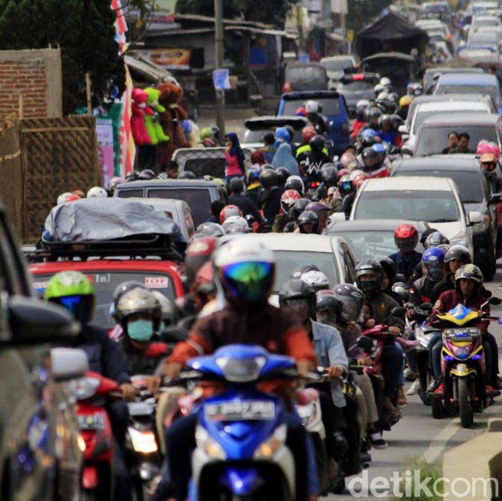 Antrean Kendaraan Menuju Wisata Ciwidey Mengular